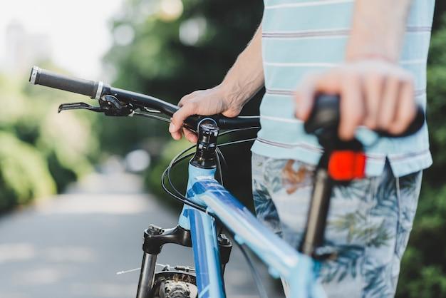 Gros plan, homme, debout, vélo, dehors Photo gratuit