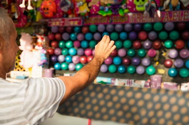 Gros plan homme éclater des ballons Photo gratuit