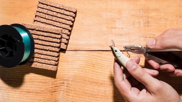 Gros Plan, Homme, Fixation, Crochet, Pince, Près, Bobine, Liège, Planche, Bois, Bureau Photo gratuit