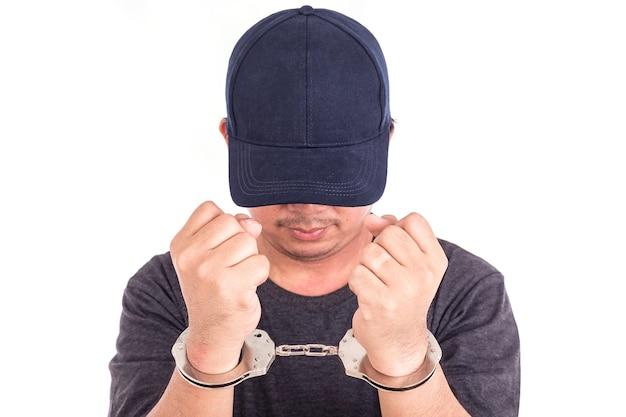Gros plan homme avec des menottes sur les mains isolés sur fond blanc Photo Premium