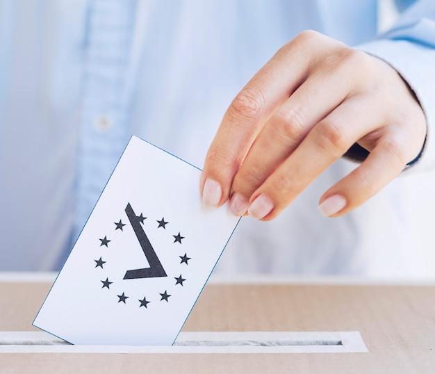 Gros plan, homme, mettre dans une boîte, un bulletin de vote Photo gratuit