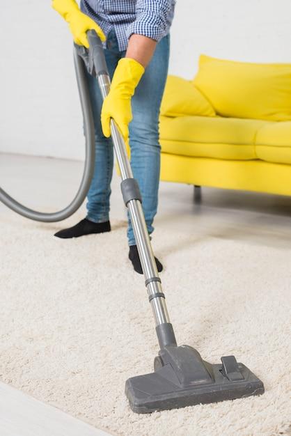 Gros plan d'un homme nettoyant sa maison Photo gratuit
