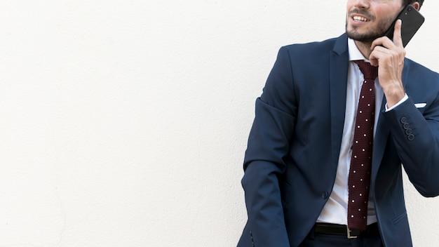 Gros plan homme parlant au téléphone avec copie-espace Photo gratuit