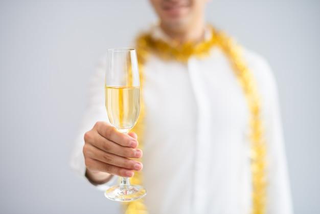Gros plan d'un homme qui élève un verre de champagne Photo gratuit