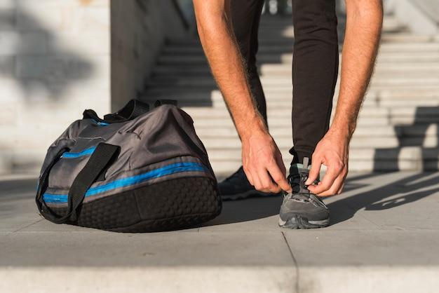 Gros plan d'un homme se préparant à courir Photo gratuit