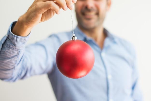 Boule De Noel Ficelle.Gros Plan Homme Tenue Ficelle Boule De Noël Et