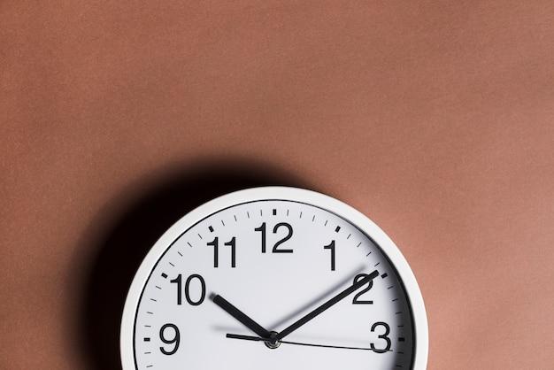 Gros plan, horloge, contre, fond brun Photo gratuit