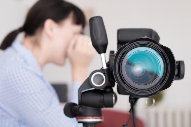 Gros Plan Image De L'appareil Photo Reflex Numérique Sur Trépied Photo Premium