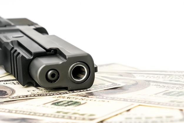 Gros plan image du pistolet et du dollar. Photo gratuit