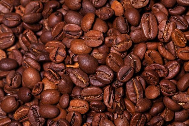 Gros plan image de grains de café torréfiés Photo gratuit
