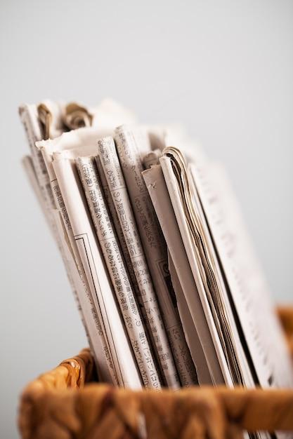 Gros plan image de magazines dans une boîte Photo gratuit