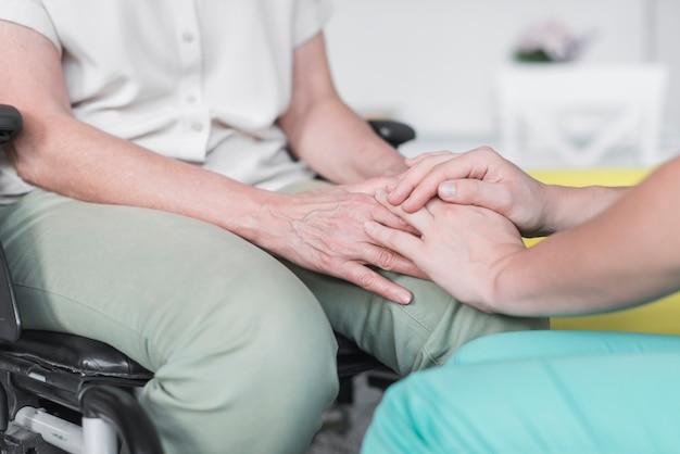 Gros plan, infirmière, patient, tenue, main Photo gratuit