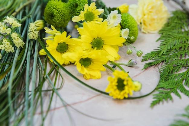 Gros plan, jaune, camomille, fleur, contre, béton, toile de fond Photo gratuit