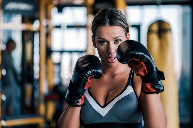 Gros plan, jeune, ajustement, femme, gants boxe, vue frontale Photo Premium