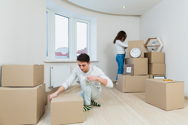 Gros plan, jeune, couple, emballage, carton, maison Photo gratuit