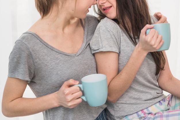 Gros plan, de, jeune couple lesbien, boire café Photo gratuit