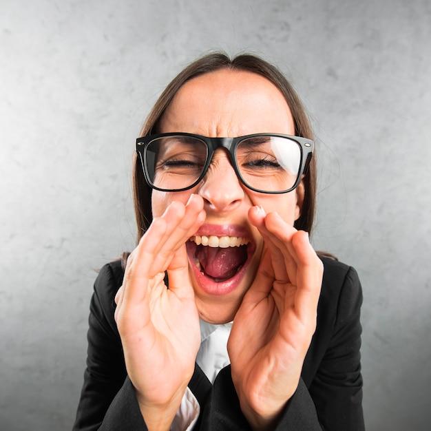 Gros plan d'une jeune femme d'affaires racontant un secret Photo gratuit