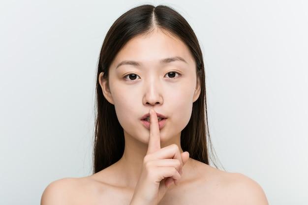 Gros plan d'une jeune femme asiatique belle et naturelle Photo Premium