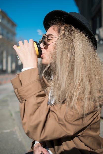 Gros Plan, Jeune, Femme, Boire, Café Photo gratuit