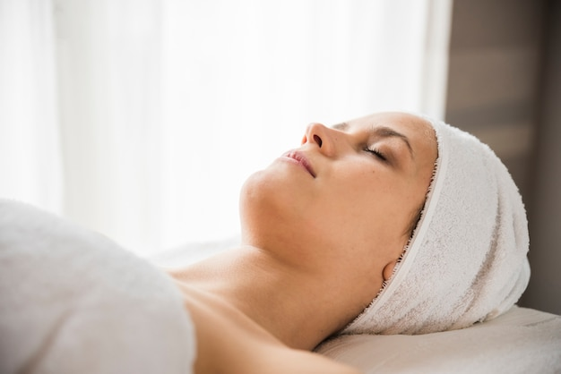 Gros plan d'une jeune femme détendue au spa Photo gratuit