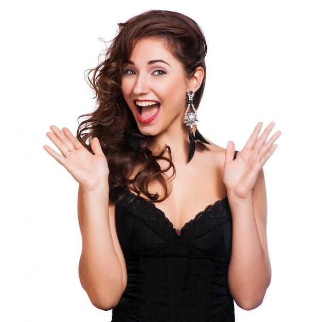 Gros plan d'une jeune femme heureuse surprise Photo Premium