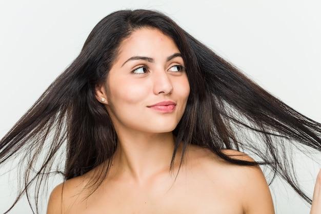 Gros Plan D'une Jeune Femme Hispanique Belle Et Naturelle Photo Premium