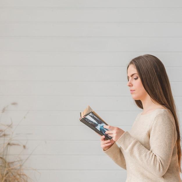 Gros plan, jeune, femme, lecture, livre, contre, blanc, toile de fond Photo gratuit