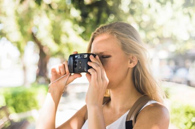 Gros plan, de, jeune femme, photographier, à, appareil photo numérique moderne Photo gratuit