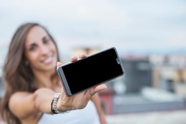 Gros plan, de, jeune femme, projection, smartphone, écran Photo gratuit