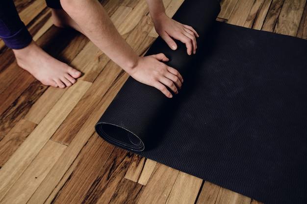 Gros plan, de, jeune femme, rouler, son, fitness, tapis Photo Premium