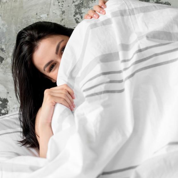 Gros Plan, Jeune Femme, Se Couvrir, à, Couverture Photo gratuit