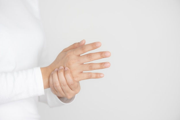 Gros plan, jeune, femme, tient, poignet, main, blessure, ressentir douleur Photo Premium
