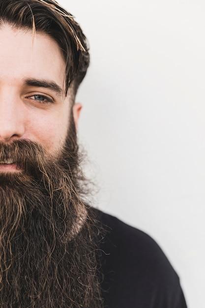 Gros plan d'un jeune homme barbu souriant Photo gratuit