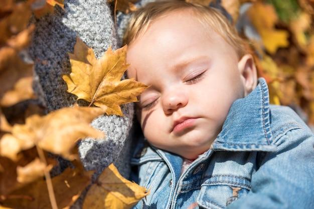Gros plan joli bébé dort dehors Photo gratuit