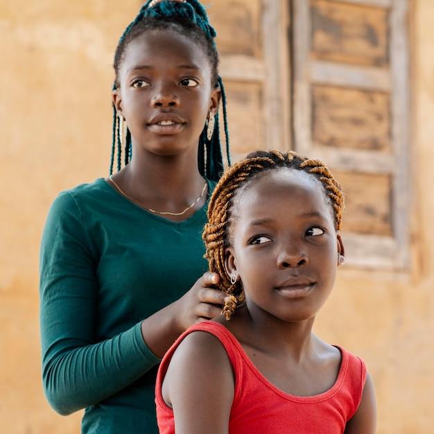 Gros Plan Jolies Filles Africaines à L'extérieur Photo gratuit