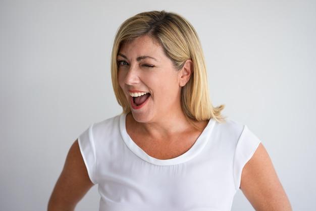 Gros plan de joyeuse femme âgée moyenne souriant avec la bouche ... c54d5bcb9e4