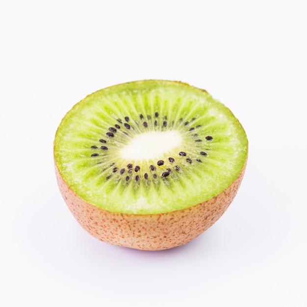 Gros plan, de, kiwi, sur, fond blanc Photo gratuit