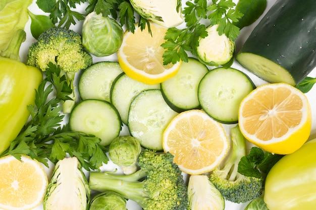 Gros plan de légumes biologiques sur fond blanc Photo gratuit
