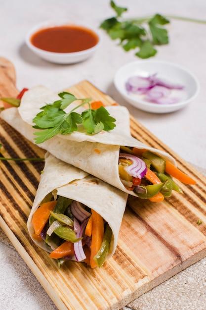 Gros plan de légumes emballés sur une planche à découper Photo gratuit