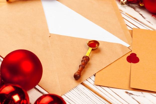 Gros plan d'une lettre de noël avec cachet de cire sur une table en bois Photo Premium