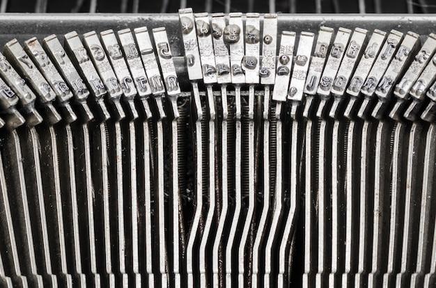 Gros plan des lettres sur une vieille machine à écrire. Photo Premium