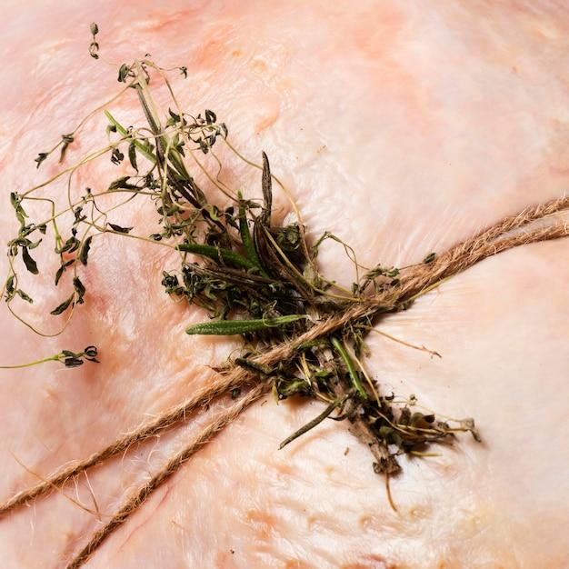 Gros Plan, Ligoté, Dinde, à, Herbes Photo gratuit