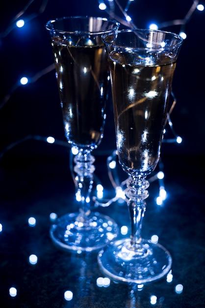 Gros Plan, De, Lunettes Champagne, Dans, éclairé, Boîte Nuit Photo gratuit