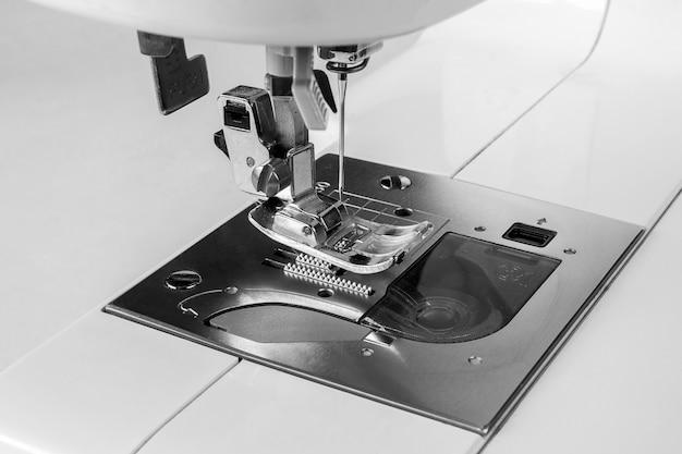 Gros plan de la machine à coudre et de ses vêtements, vieille machine à coudre, style vintage Photo Premium