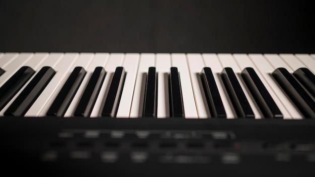 Gros Plan Magnifique Piano Numérique Avec Synthétiseur Photo gratuit