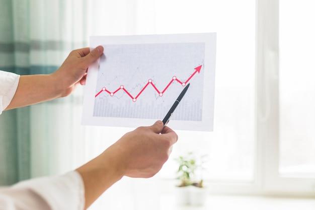 Gros plan, de, a, main affaires, analyser, graphe, sur, lieu travail Photo gratuit