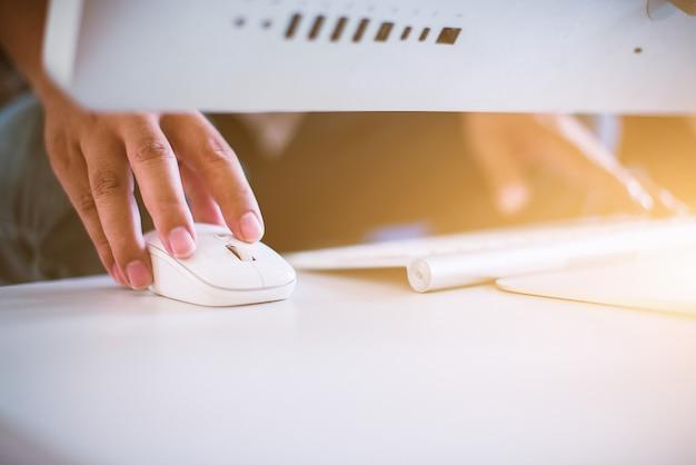 Gros plan, main affaires, dactylographie, clavier, souris Photo Premium