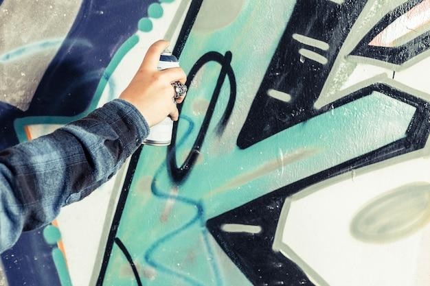Gros plan, main, artiste, peinture, graffiti, mur Photo gratuit