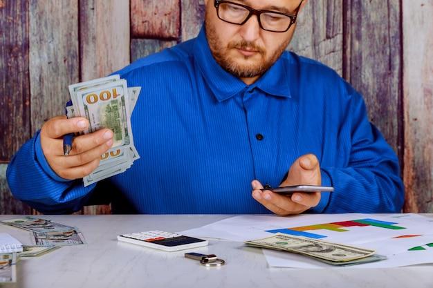 Gros Plan, Main, Crayon, écriture, Main, Tenir, Dollar Américain Photo Premium