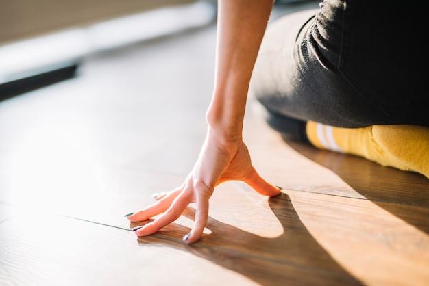 Gros plan de la main du danseur sur le sol Photo gratuit